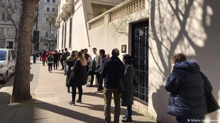 Някои от българите в чужбина пътуват стотици километри, за да упражнят правото си на глас. Голяма част от организацията и работата по изборите зад граница се върши от доброволци.