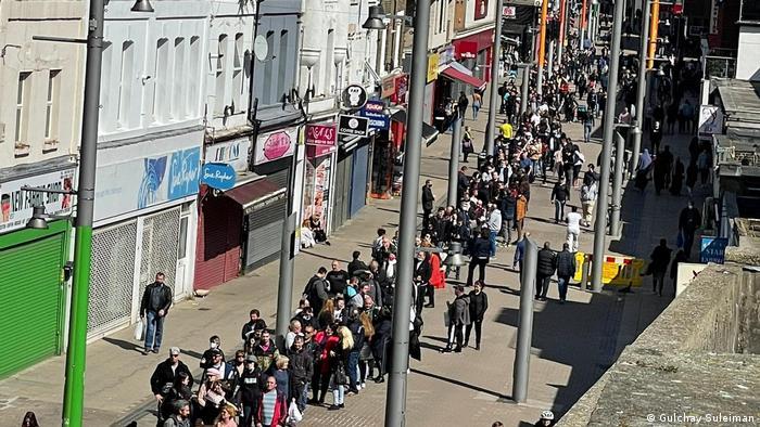 Опашки и сериозно чакане съпътстват и гласуването в Лондон. Заради ограниченията в Изборния кодекс, във Великобритания за парламентарните избори бяха разкрити едва 35 секции.