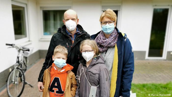 Państwo Pilsowie z Carolin i Steffenem przed centrum testowym w Soest
