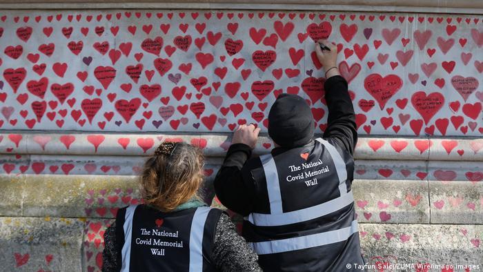 Ovde će na kraju biti 150.000 srca, nacrtanih rukom, po jedno za svakog čija se smrt dovodi u vezu sa kovidom u Velikoj Britaniji. Ovaj memorijalni zid kod reke Temze, naspram parlamenta u Londonu, način je da se oda pošta mrtvima u pandemiji.