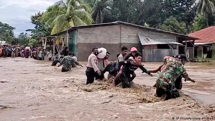 Люди рятуються від повені і зсуву в Індонезії