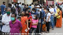 Indien Warteschlange vor einem Supermarkt in Mumbai