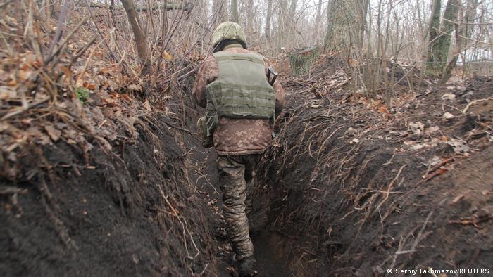 Український військовий поруч з лінією розмежування біля окупованого проросійськими бойовиками Донецька