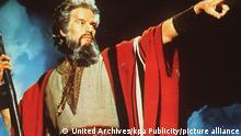 Der Findelknabe Moses (CHARLTON HESTON) wächst am Hofe des Pharaos Ramses II auf, erlangt großen Ruhm durch seine heldenhaften Kriegstaten und wird schließlich Prinz von Ägypten. Durch eine Intrige erfährt er von seiner hebräischen Herkunft und wird Schafhirte. Als Prophet Gottes befreit er die Israeliten aus der ägyp-tischen Knechtschaft, wagt die Flucht durchs Rote Meer und empfängt auf dem Berge Sinai die zehn Gebote Gottes. Regie: Cecil b.de Mille aka. The Ten Commandments / DIE ZEHN GEBOTE USA 1957 *** Local Caption *** 00857937
