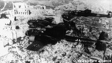 Deutsche Kampfflugzeuge vom Typ DO 17 überfliegen die Akropolis in Athen. Nachdem Ende 1940 ein Versuch Italiens, Griechenland zu erobern gescheitert war, begann am 6. April 1941 von Bulgarien aus der deutsche Angriff auf Griechenland. Die Kapitulation Griechenlands erfolgte am 21. April 1941.