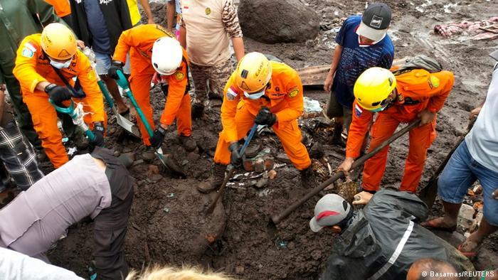 Рятувальники в Індонезії шукають тіла людей