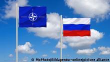 Die Flaggen der NATO und Russland