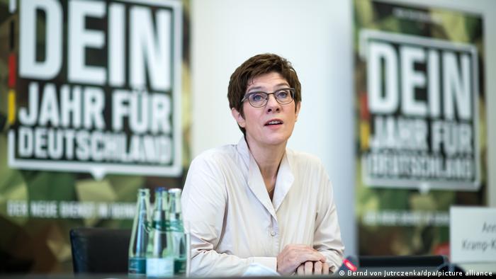 Bundesverteidigungsministerin Anngret Kramp-Karrenbauer vor Werbeplakaten für den neuen Freiwilligendienst
