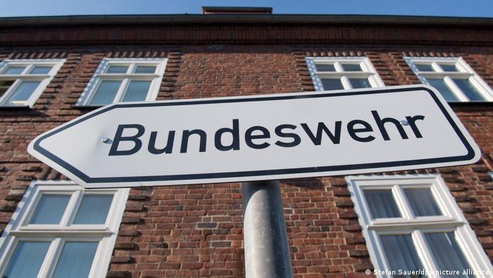 Bundeswehr-Schild vor Hausfassade