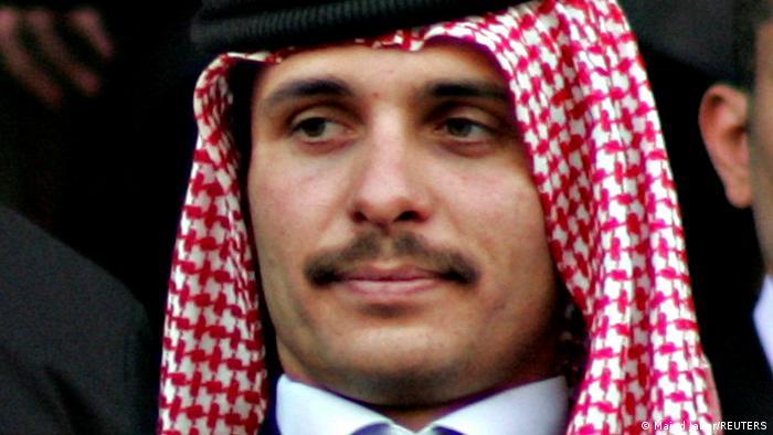 Basem Awadalá, exjefe de la oficina real, y Sherif Hasan ben Zaid fueron condenados a 15 años de prisión por intentar derrocar al rey Abdalá II en favor de su hermanastro, el príncipe Hamza, una crisis sin precedentes que sacudió el reino en abril. Según el acta de acusación, el príncipe Hamza estaba decidido a cumplir su ambición personal de gobernar (12.07.2021).