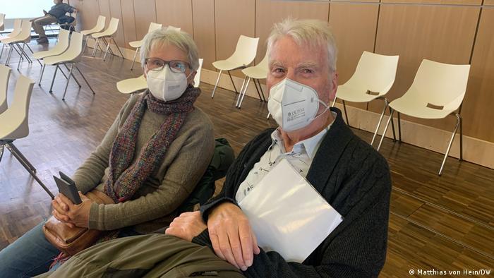 Rita y Gerd Eisenbeiß, contentos de haber recibido la vacuna.