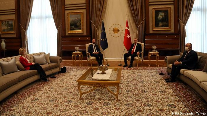 A presidente da Comissão Europeia, Ursula von der Leyen, o presidente do Conselho Europeu, Charles Michel, e o presidente da Turquia, Recep Tayyip Erdogan, durante encontro em Ancara em 6 de abril de 2021.