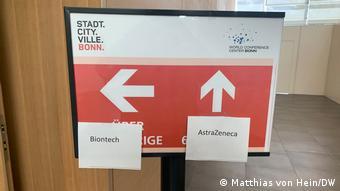 Табличка в прививочном центре в Бонне с указателями направлений на вакцинацию различными вакцинами