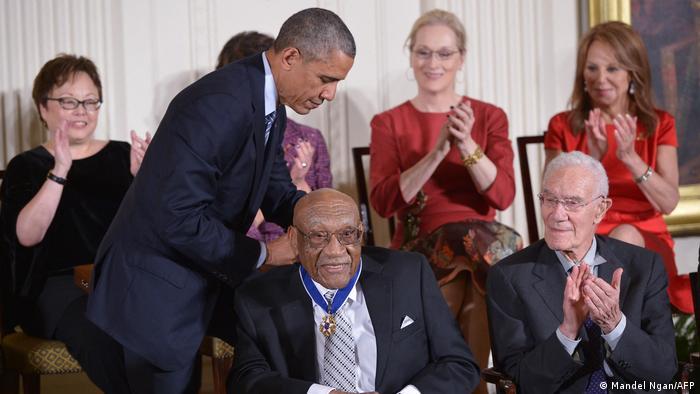 USA Washington | Barack Obama überreicht Ehrenmedallie an ehemaligen Golfer Charles Siffort