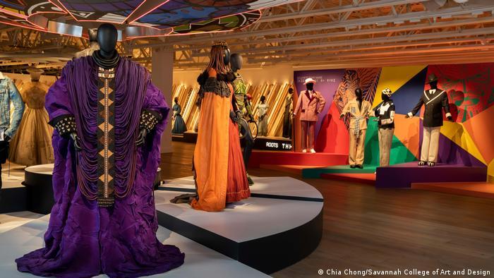 Bei der Ausstellung Ruth E. Carter - Afrofuturism in Costume Design stehen bunte Kostüme in einem Ausstellungsraum.