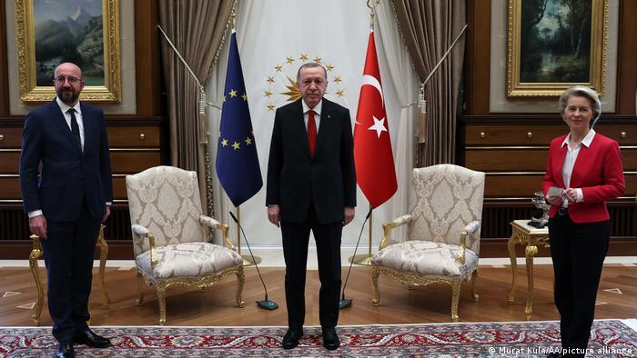A presidente da Comissão Europeia, Ursula von der Leyen, o presidente do Conselho Europeu, Charles Michel (à esq.), e o presidente da Turquia, Recep Tayyip Erdogan, durante encontro em Ancara em 6 de abril de 2021.