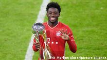 FC Bayern München - Borussia Dortmund - Alphonso Davies mit Pokal
