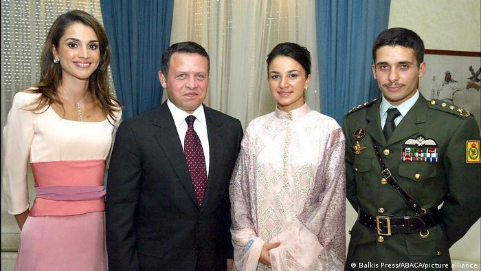 El rey Abdalá II de Jordania y su esposa, la reina Rania (izq.), junto al ex príncipe heredero Hamza y su esposa (foto de archivo).