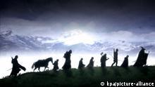 KINOSTART AM 20. DEZEMBER 2001: Der junge Hobbit Frodo Beutlin erbt einen Ring. Dieser Ring ist ein Meister-Ring, ein Werkzeug absoluter Macht. Sauron, der böse Herr von Modor, will diesen Ring unbedingt haben, dann könnte er Mittelerde beherrschen und ihre Völker versklaven. Frodo und seine Gefährten, die sich aus Menschen, Hobbits, einem Zauberer, einem Zwerg und einem Elben zusammensetzen, müssen den Ring durch Mittelerde transportieren, um ihn in den Tiefen des feurigen Berges Orodruin zu versenken und für immer zu zerstören. Doch die Reise durch Mittelerde bedeutet in Feindesgebiet einzudringen, wo der Dunkle Herr regiert. Die Gefährten müssen nicht nur gegen die Armee der Orks kämpfen, auch Uneinigkeiten innerhalb der Gruppe gefährden die Mission... Foto: Szene #