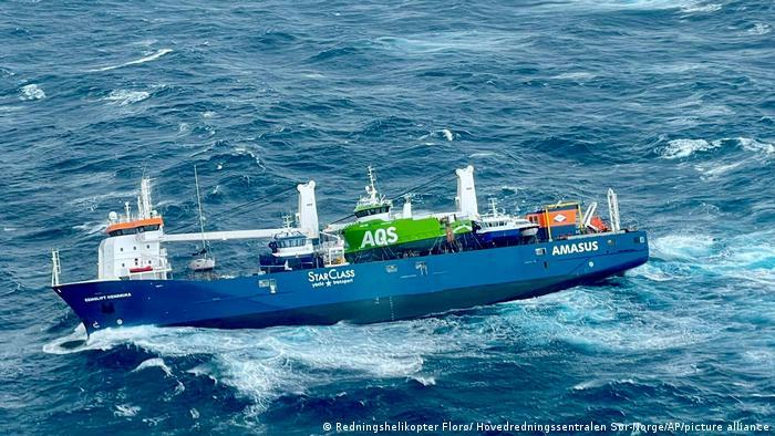 Norwegisches Meer   In Seenot geratener Frachter Eemslift Hendrik