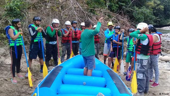 Remando por la Paz - Rafting en Colombia: participantes del proyecto, junto a una balsa.