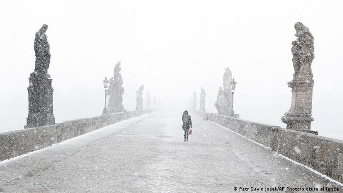 Gde smo ono zaturili čizme i zimske jakne? Zar nije proleće? Ova žena na Karlovom mostu u Pragu probija se kroz smetove koji su pogodili veći deo Evrope. A pre neki dan je sve procvetalo...
