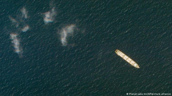 خبرگزاریها روز هفتم آوریل از حمله به کشتی ایران ساویز متعلق به سپاه پاسداران در دریای سرخ خبر دادند. نیویورک تایمز، مسئولیت این حمله را متوجه اسرائیل دانسته و نوشته است که این حمله در واکنش به حمله به کشتیهای تجاری به نام لوری و هلیوس رِی اسرائیلی صورت گرفته است. همچنین روزنامه وال استریت ژورنال از حملات اسرائیل به حداقل ۱۲ کشتی ایرانی ظرف دو سال گذشته در دریای سرخ خبر داده است.