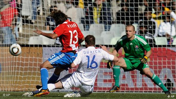 Paraguay's Enrique Vera, left, goes to score against Slovakia goalkeeper Jan Mucha, right, and Slovakia's Jan Durica during the World Cup group F soccer match between Slovakia and Paraguay at Free State Stadium in Bloemfontein, South Africa, Sunday, June 20, 2010. (AP Photo/Martin Meissner)