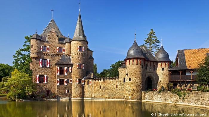 Замок Зацвай (Burg Satzvey)