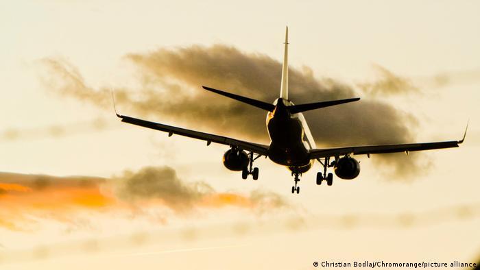 A Boeing 737 on landing approach