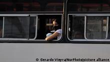 Una mujer a bordo de un bus en las calles de Iztapalapa, en la Ciudad de México.