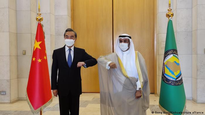وزير الخارجية الصيني وانغ يي مع الأمين العام لمجلس التعاون الخليجي نايف بن فلاح الحجرف