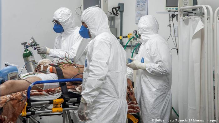 Enfermeiros tratam homem em UTI de covid
