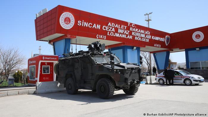 Повышенные меры безопасности перед зданием суда в Турции