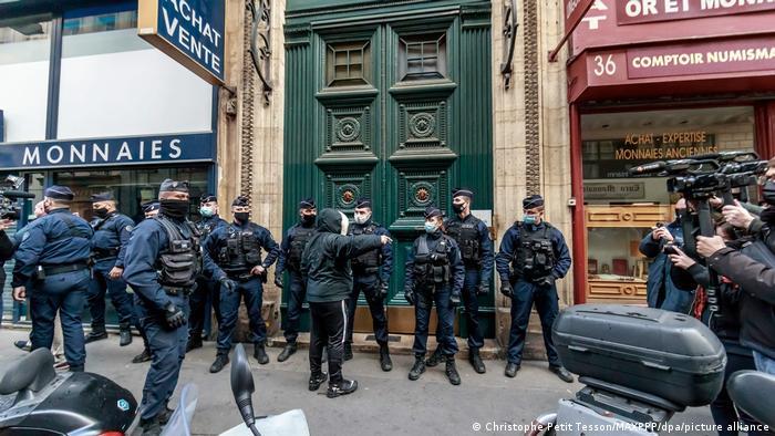 Fuerzas policiales aseguran la entrada al apartamento Palais Vivienne.