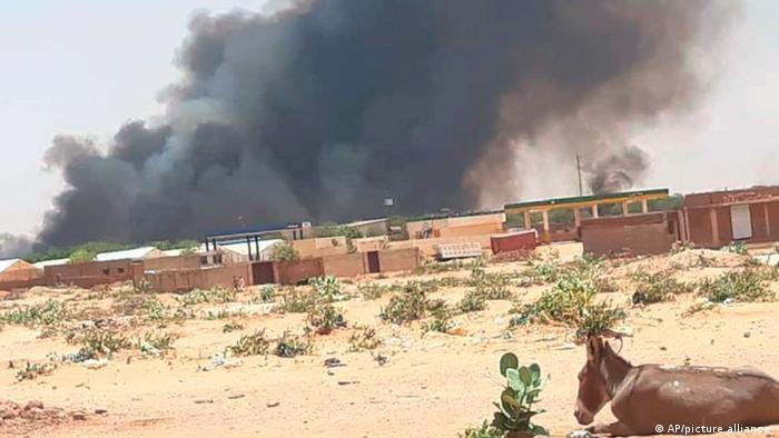 Sudan West Darfur | Rauchwolken im Abu Zar Camp