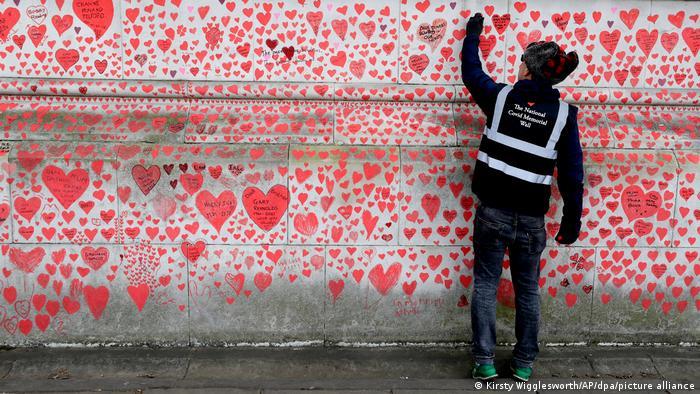Възпоменателна стена в за жертвите на коронавируса в Лондон