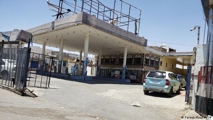 محطات البنزين ملزمة بالبيع بالسعر الرسمي، لكنها في الغالب مغلقة أو فاضية من مادة البنزين