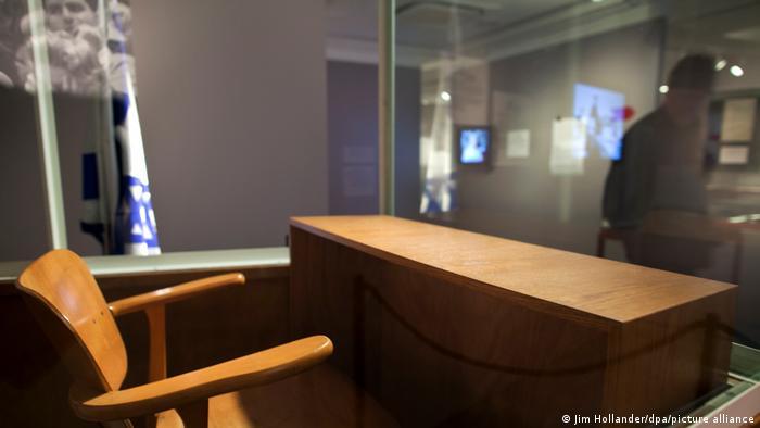 Стул, стол и стеклянная кабинка для обвиняемого позже были переданы в музей