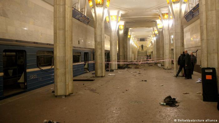 После взрыва на станции метро Октябрьская. Фото из архива, апрель 2011 года