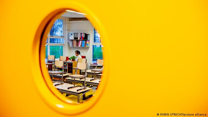 Niederlande Rotterdam Schule Corona Lockdown