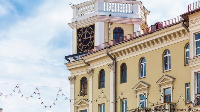 Часы на здании центрального проспекта в Минске