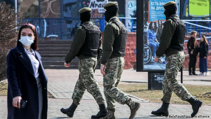 Белорусские милиционеры на улице Минска