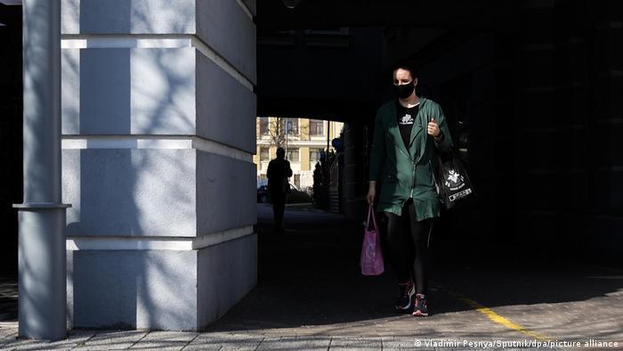 O femeie cu mască în orașul Szombathely din Ungaria