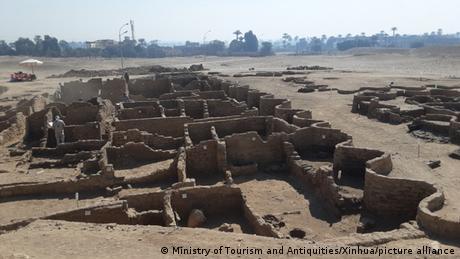 Ruinen einer alten Stadt in der Wüste nahe Luxor