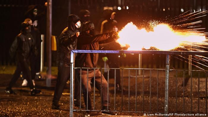 Протестувальники у Белфасті стріляють піротехнікою, фото 8 квітня 2021 року