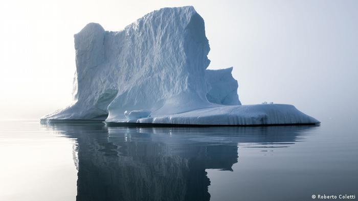 Ein im Wasser treibender Eisberg