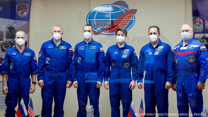 Miembros de la tripulación abordo y en tierra antes de despegar hacia la ISS, aquí en Baikonur, Kazastán