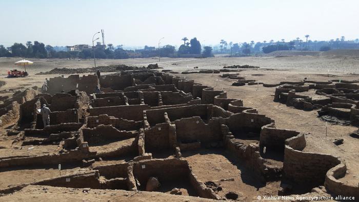 Foto mostra restos de prédios. É possível ver com clareza parte das paredes.