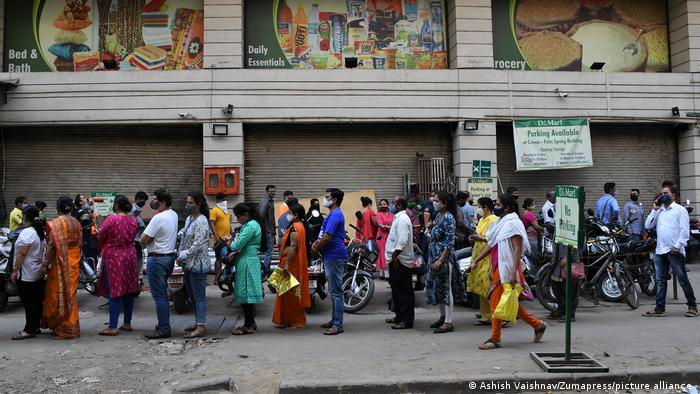 Fila em mercado de Mumbai